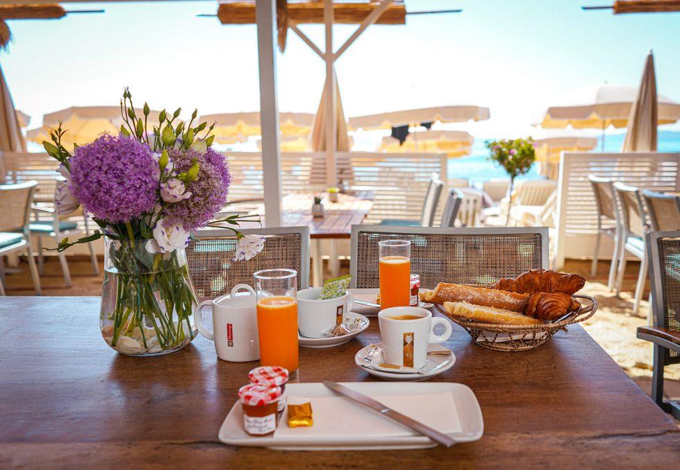 plage-la-pinede-petit-dejeuner-1